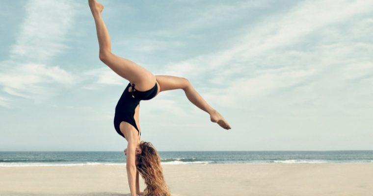 HANNAH FERGUSON w plażowym klimacie