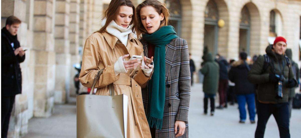 Modelki off duty podczas paryskiego Tygodnia Mody